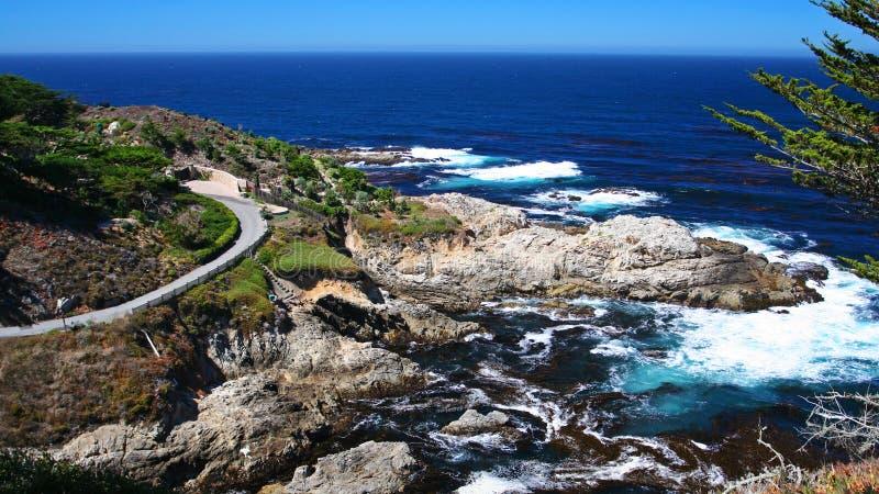 Costa bonita com a rua da curva em Monterey imagens de stock