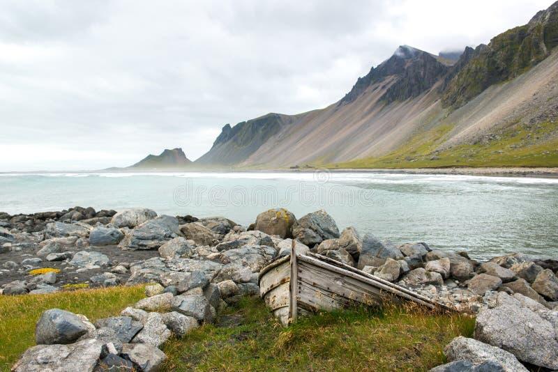 Costa bonita Stokksnes com barco velho Vista ao Oceano Atlântico, Islândia imagens de stock