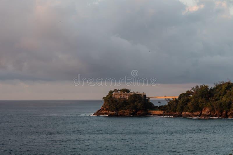 Costa Brava-Insel, gesehen von Joa-Landstraße während des Sonnenaufgangs, orange Licht am bewölkten Morgen, Rio de Janeiro, Brasi lizenzfreie stockfotografie