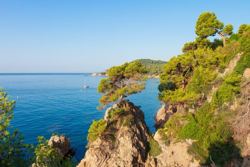 Costa Brava, Spagna Vista sul mare pittoresca della costa di mare di Lloret de Mar nella riva di mare spagnola fotografia stock libera da diritti