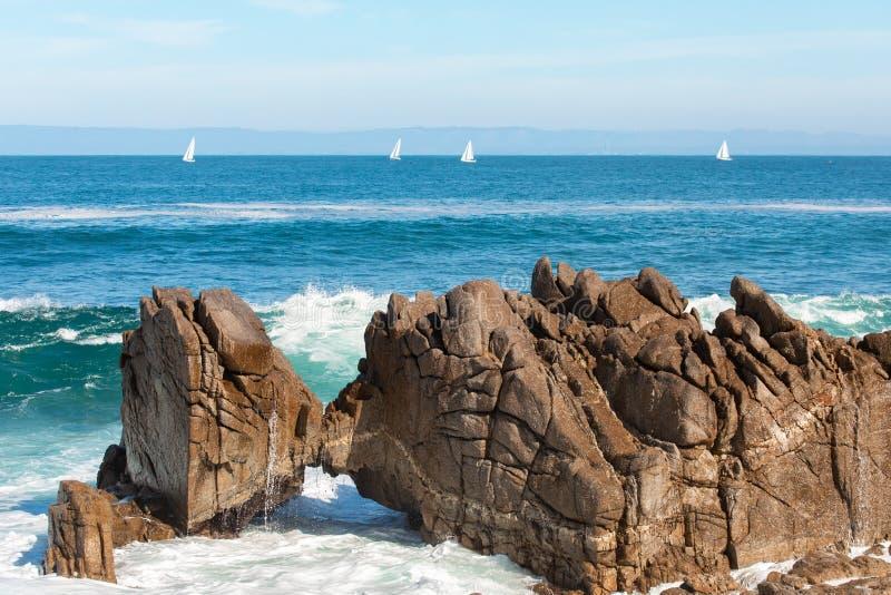Costa Cênnica de Monterey, bela vista no Kissing Rock, Pacific Grove, Monterey, Califórnia, EUA imagem de stock