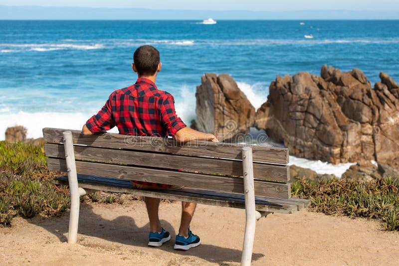 Costa Cênnica de Monterey, viajante desfrutando de uma bela vista do Kissing Rock, Pacific Grove, Monterey, Califórnia, EUA fotografia de stock