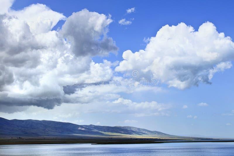 Costa calma com nuvens dramáticas, lago Qinghai, China imagem de stock