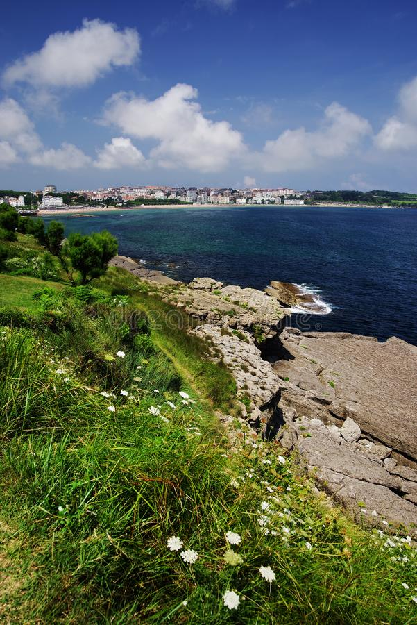 Costa cant?brica em Santander, o Golfo da Biscaia, Oceano Atl?ntico, Espanha fotografia de stock