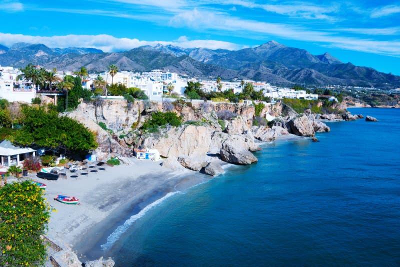 Costa cerca de la ciudad de vacaciones de Nerja en España Visión desde Balcon de Europa imágenes de archivo libres de regalías