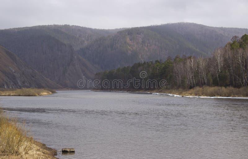 Costa collinosa del fiume in molla in anticipo fotografie stock libere da diritti