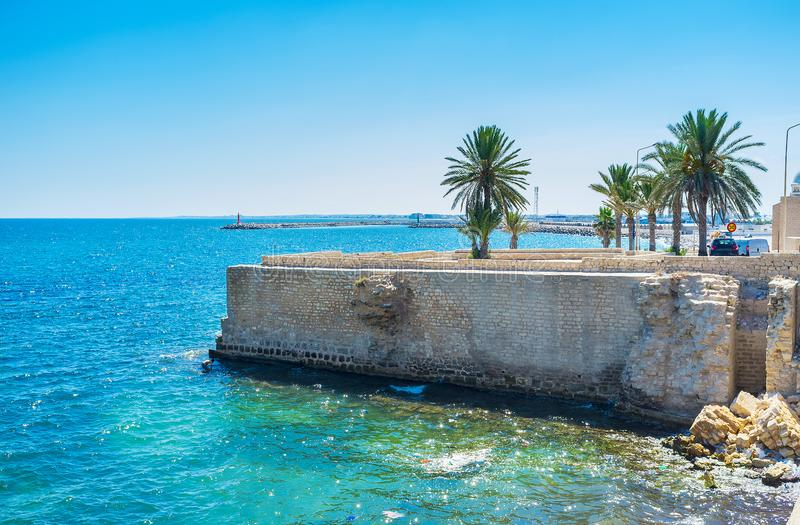 A costa com fortaleza arruinada, Mahdia, Tunísia imagens de stock