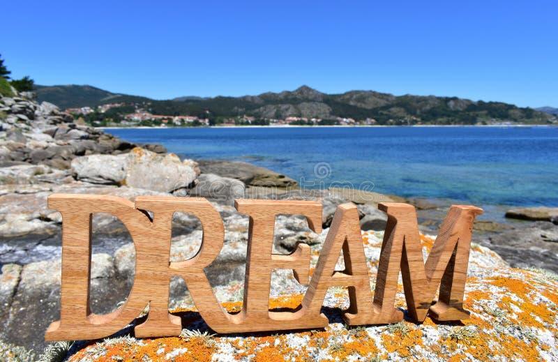 Costa con il segno di legno di sogno La Galizia, Spagna, giorno soleggiato immagini stock libere da diritti