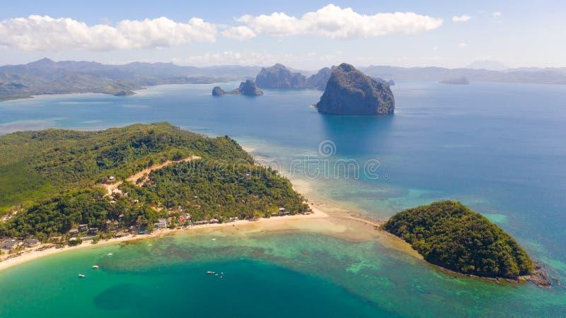 Costa con la laguna y las islas Naturaleza y acuerdos de las Filipinas imagen de archivo libre de regalías