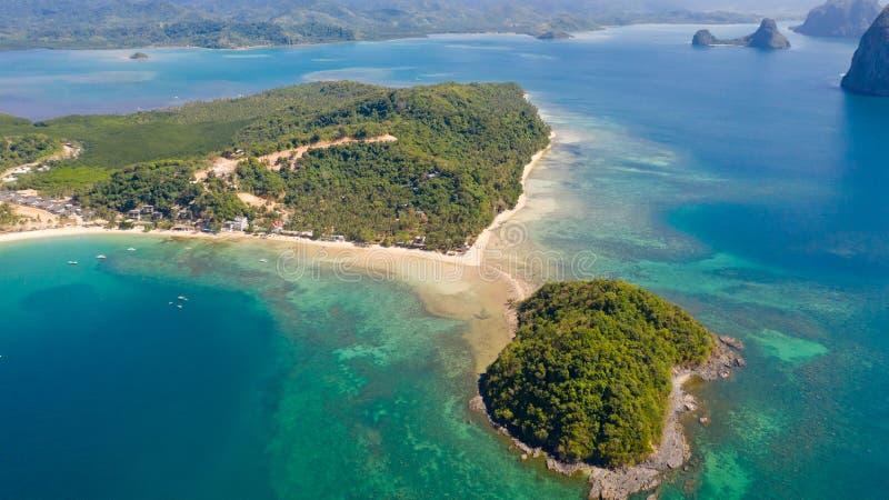Costa con la laguna y las islas Naturaleza y acuerdos de las Filipinas foto de archivo