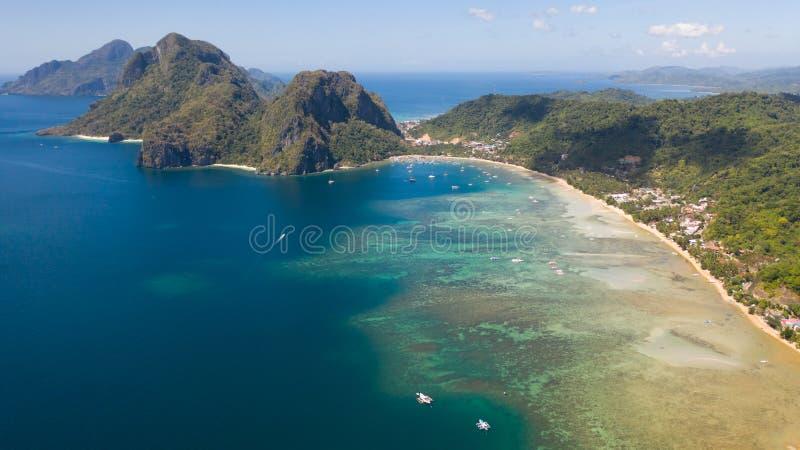 Costa con la laguna y las islas Naturaleza y acuerdos de las Filipinas fotografía de archivo