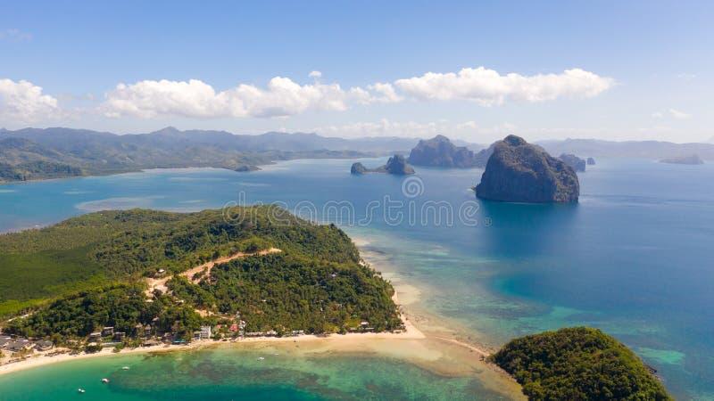 Costa con la laguna y las islas Naturaleza y acuerdos de las Filipinas fotos de archivo