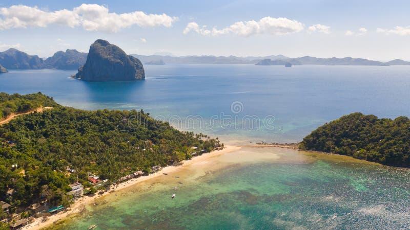 Costa con la laguna y las islas Naturaleza y acuerdos de las Filipinas fotos de archivo libres de regalías