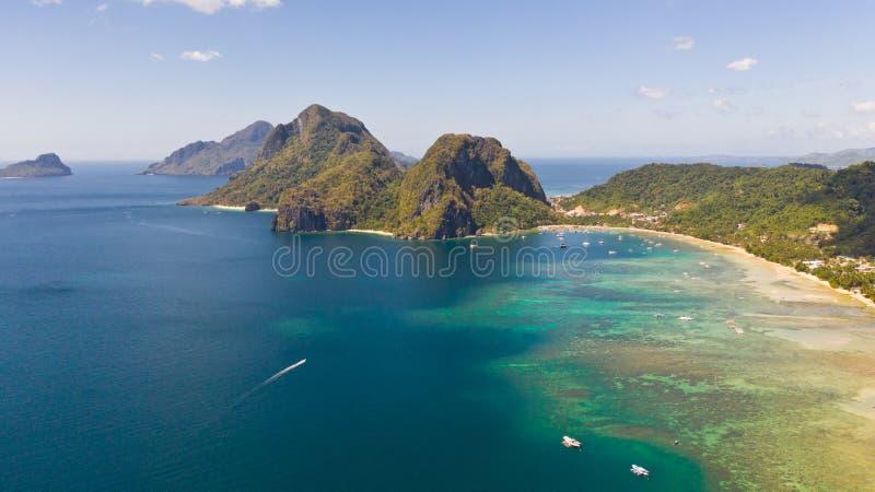 Costa con la laguna y las islas Naturaleza y acuerdos de las Filipinas fotografía de archivo libre de regalías