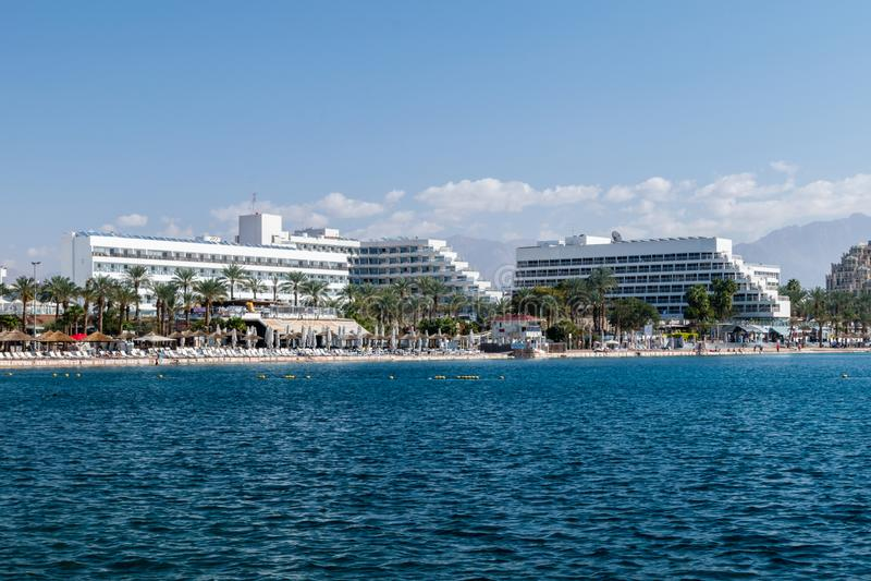 Costa con los edificios de los hoteles en la ciudad de Eilat foto de archivo libre de regalías