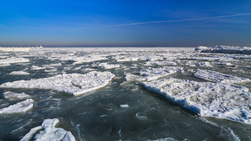 Costa congelada do oceano do gelo - inverno polar imagens de stock royalty free