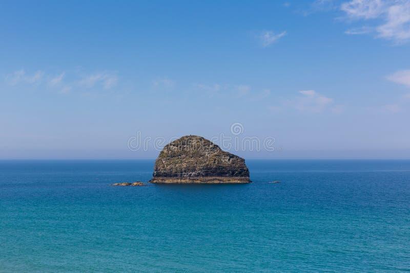 Costa Cornualha de Trebarwith da rocha da gaivota perto de Tintagel fotos de stock royalty free