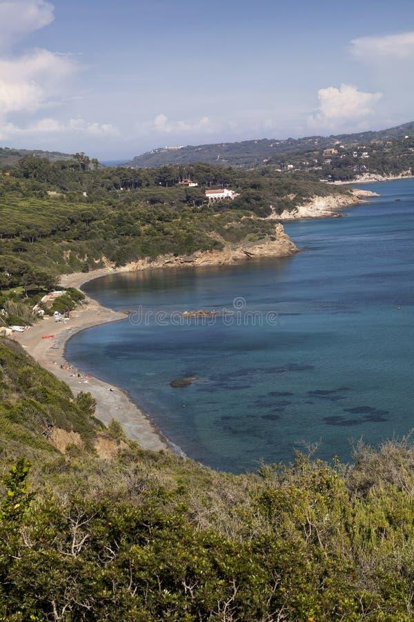 Costa costa cerca de Lacona, isla de Elba, Toscana, Italia foto de archivo
