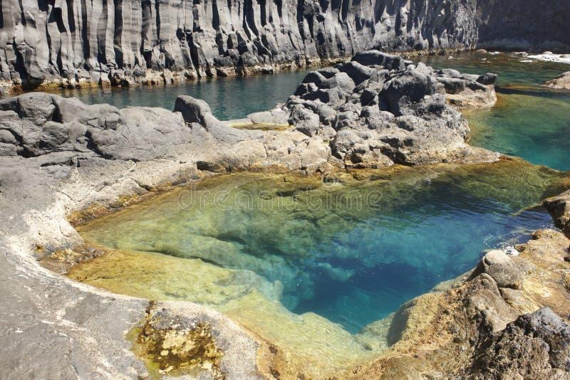Costa costa del basalto de Azores en el sao Jorge Faja hace Ouvidor portugal imagen de archivo