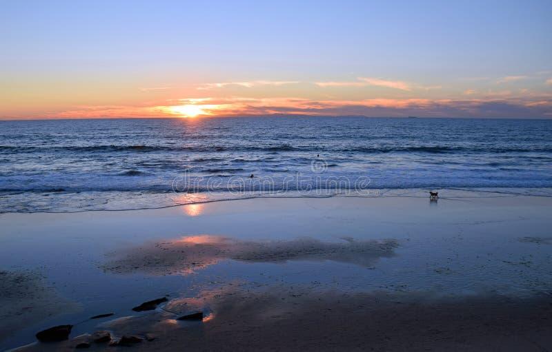 Costa costa del Laguna Beach en la puesta del sol y la marea baja imagen de archivo