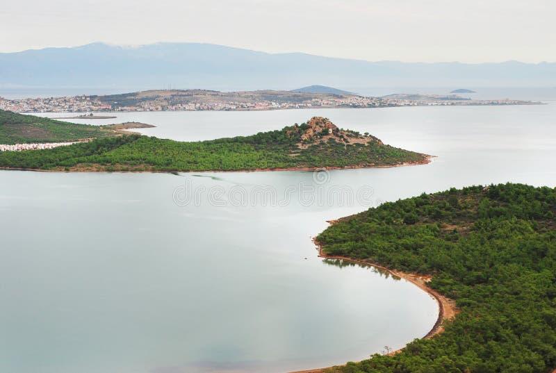 Costa costa del Mar Egeo por la mañana fotos de archivo