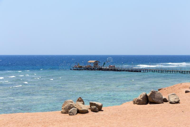 Costa costa del Mar Rojo con el embarcadero del salto, Egipto imágenes de archivo libres de regalías