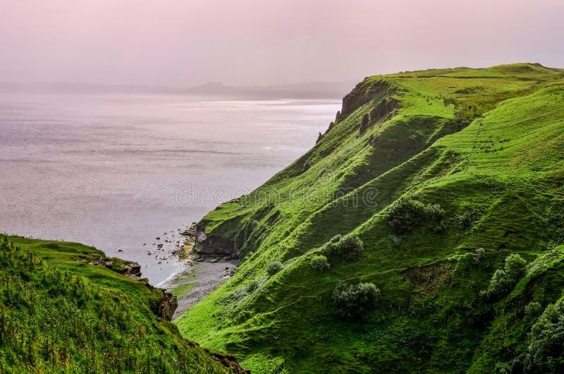 Costa costa del océano con los acantilados verdes en montañas escocesas fotos de archivo