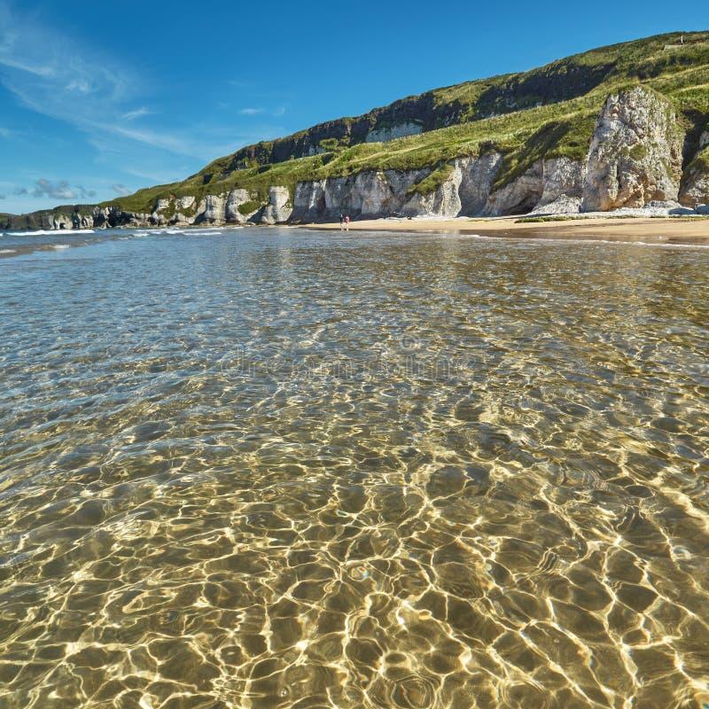 Costa costa dramática en Irlanda del Norte imagenes de archivo