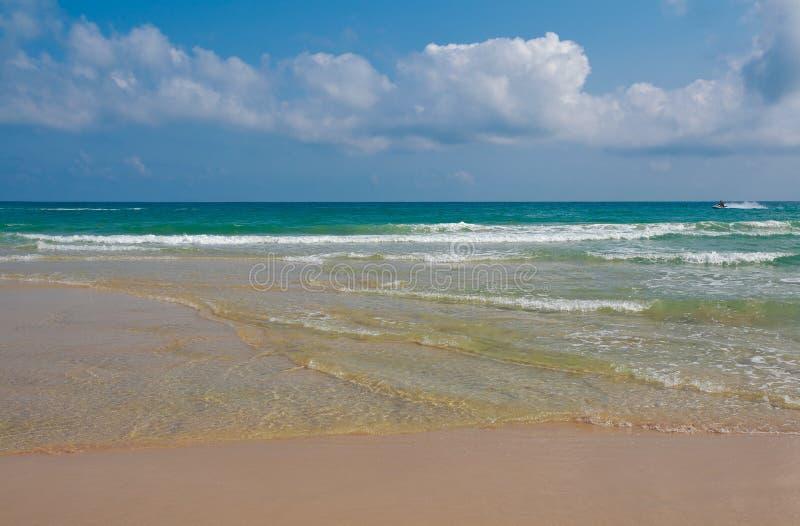 Costa costa en el fondo vacío del mar y de la playa fotos de archivo libres de regalías