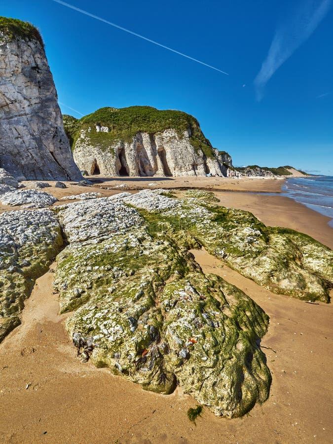 Costa costa en Irlanda del Norte fotos de archivo