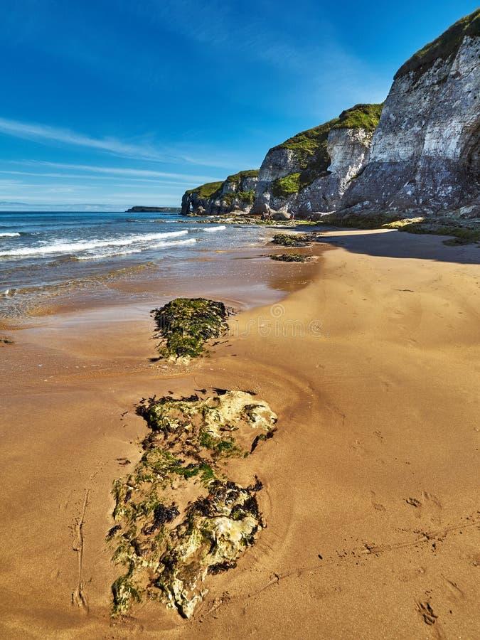 Costa costa en Irlanda del Norte imágenes de archivo libres de regalías
