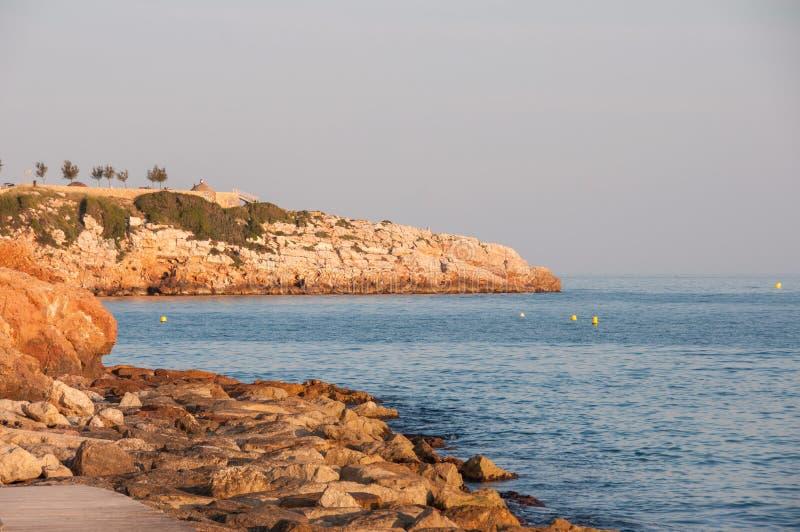 Costa costa en la ciudad de Salou contra el contexto de la puesta del sol, España foto de archivo