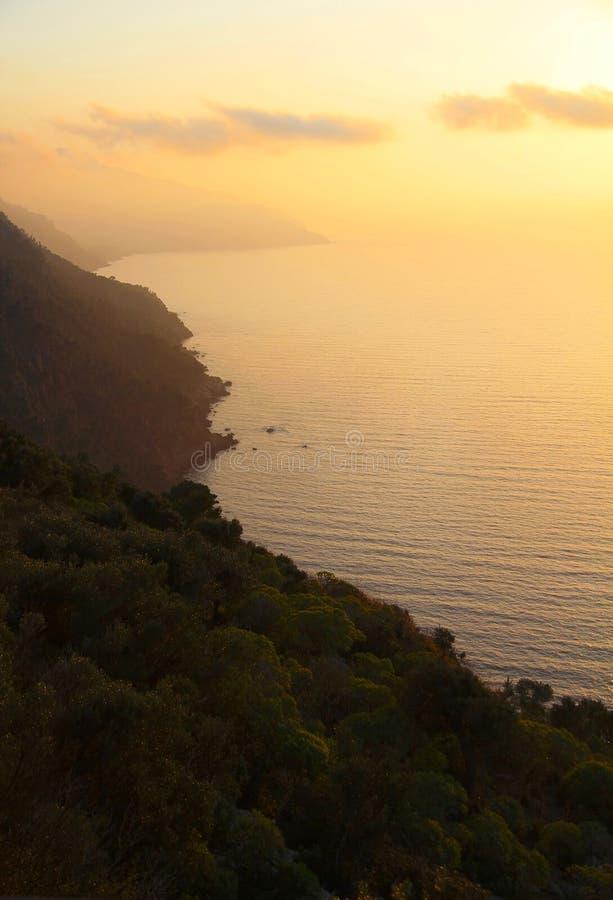 Costa costa en la puesta del sol imagen de archivo