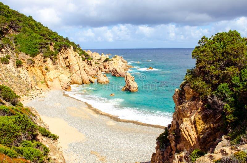 Costa costa hermosa del océano en Costa Paradiso, Cerdeña fotos de archivo libres de regalías