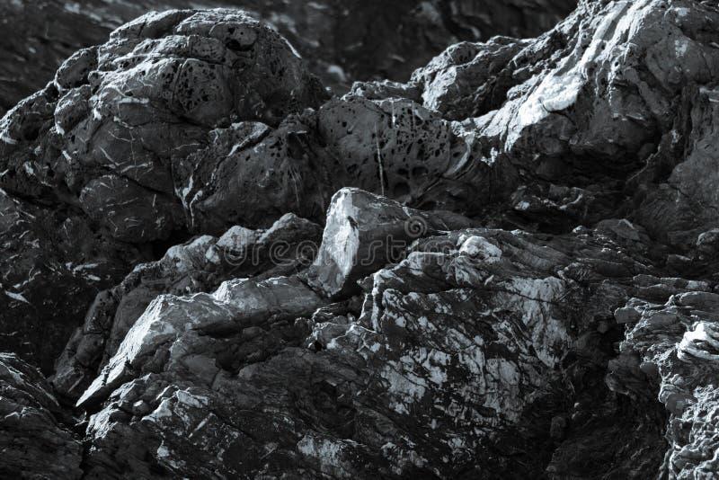 Costa costa rocosa en blanco y negro foto de archivo libre de regalías