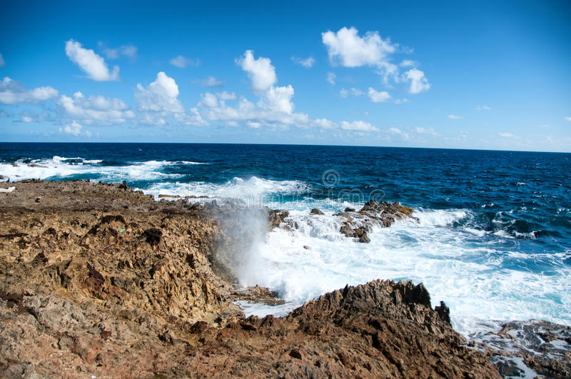 Costa costa salvaje de Aruba en el Caribe foto de archivo