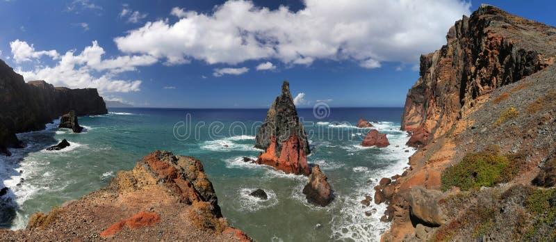 Costa costa septentrional de Ponta de Sao Lourenco en Madeira - panorama imagen de archivo libre de regalías