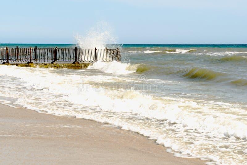 Costa Crimea di Mar Nero con un vecchio pilastro arrugginito ed i frangiflutti concreti vicino alla riva, Ucraina fotografia stock libera da diritti