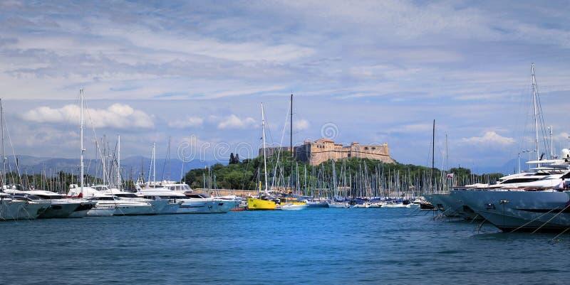 COSTA D 'AZUR View do porto de Antibes imagens de stock