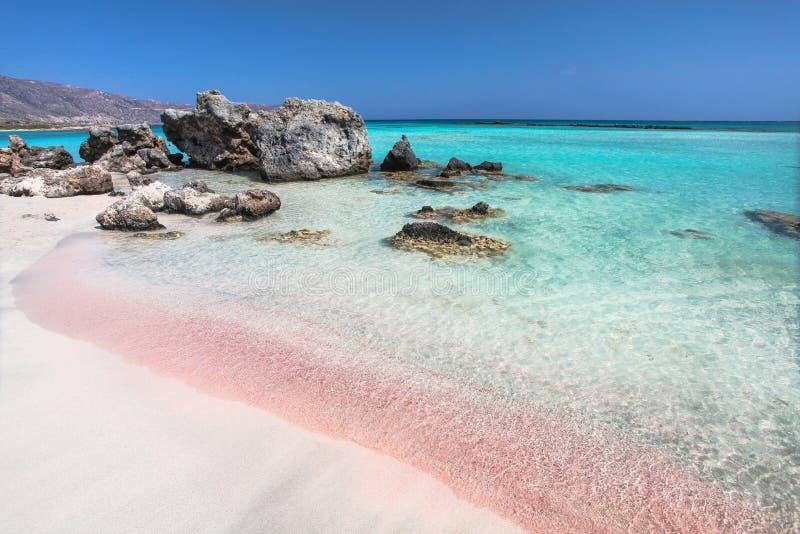 Costa da ilha da Creta em Grécia Praia cor-de-rosa da areia de Elafonisi famoso imagens de stock