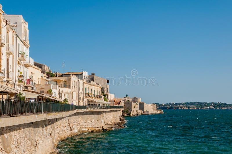 Costa da ilha de Ortigia na cidade de Siracusa, Sicília, Itália foto de stock