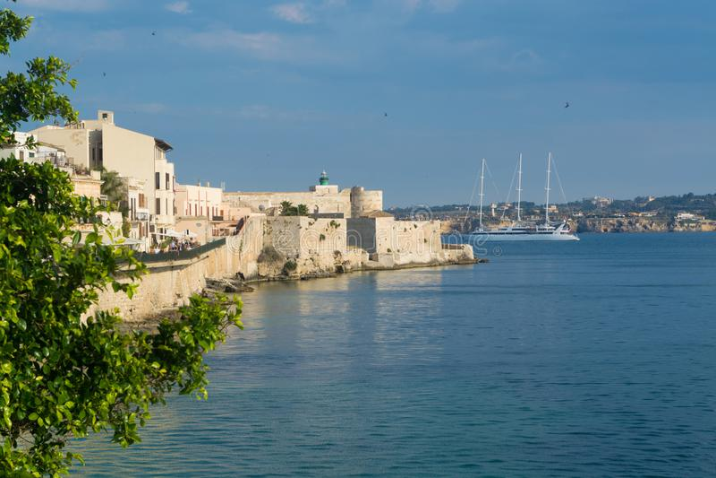 Costa da ilha de Ortigia na cidade de Siracusa, Sicília, Itália beau fotografia de stock royalty free