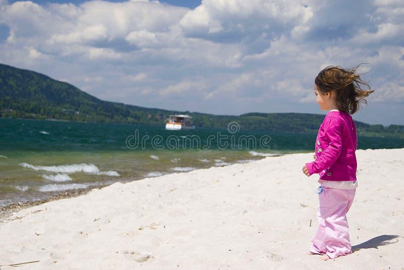 Costa da menina e de mar foto de stock