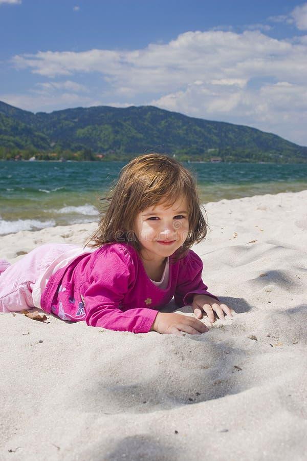 Costa da menina e de mar imagens de stock royalty free