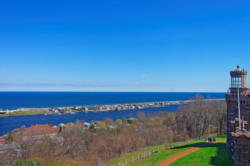 Costa das casas e do Oceano Atlântico da casa clara foto de stock
