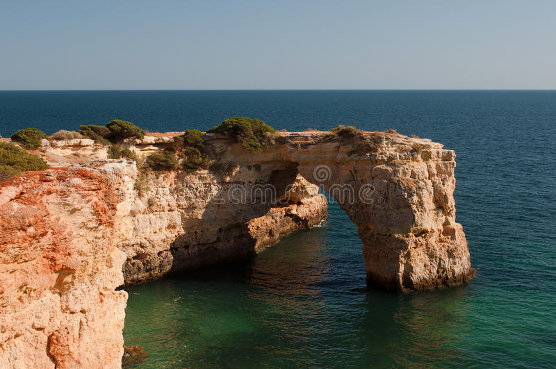Costa de Algarve, Portugal Acantilados y playa en la puesta del sol imagenes de archivo