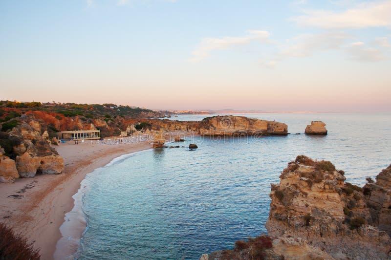 Costa de Algarve, Portugal Acantilados y playa en la puesta del sol foto de archivo libre de regalías