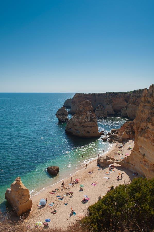 Costa de Algarve, Portugal Gente en la playa y el agua azul foto de archivo libre de regalías