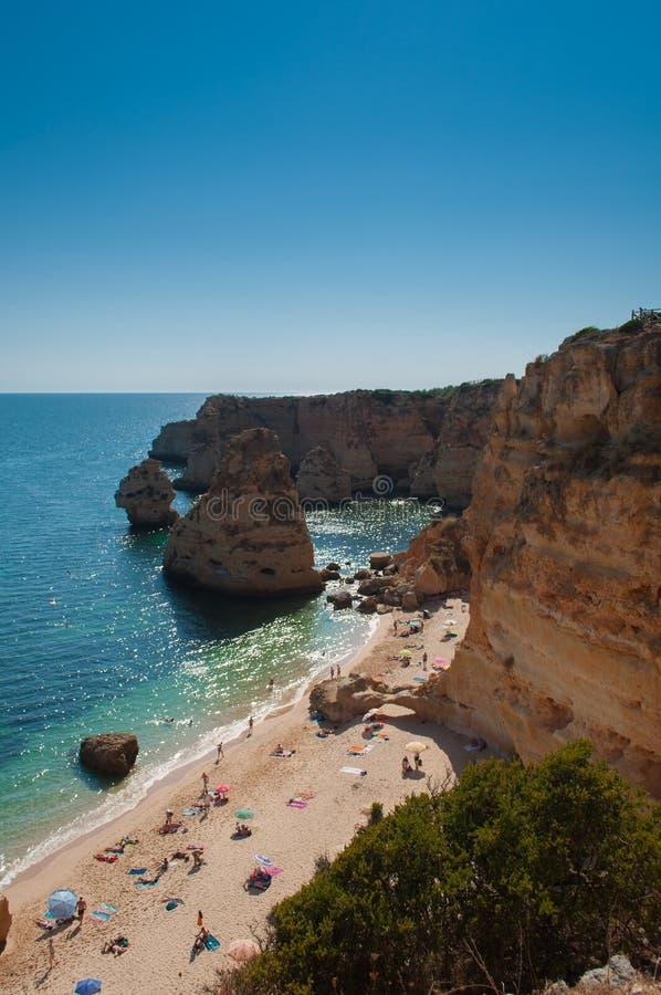Costa de Algarve, Portugal Gente en la playa y el agua azul fotografía de archivo libre de regalías