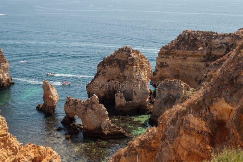 Costa de Algarve, Portugal Rocas en la línea de la playa y el agua azul fotos de archivo libres de regalías